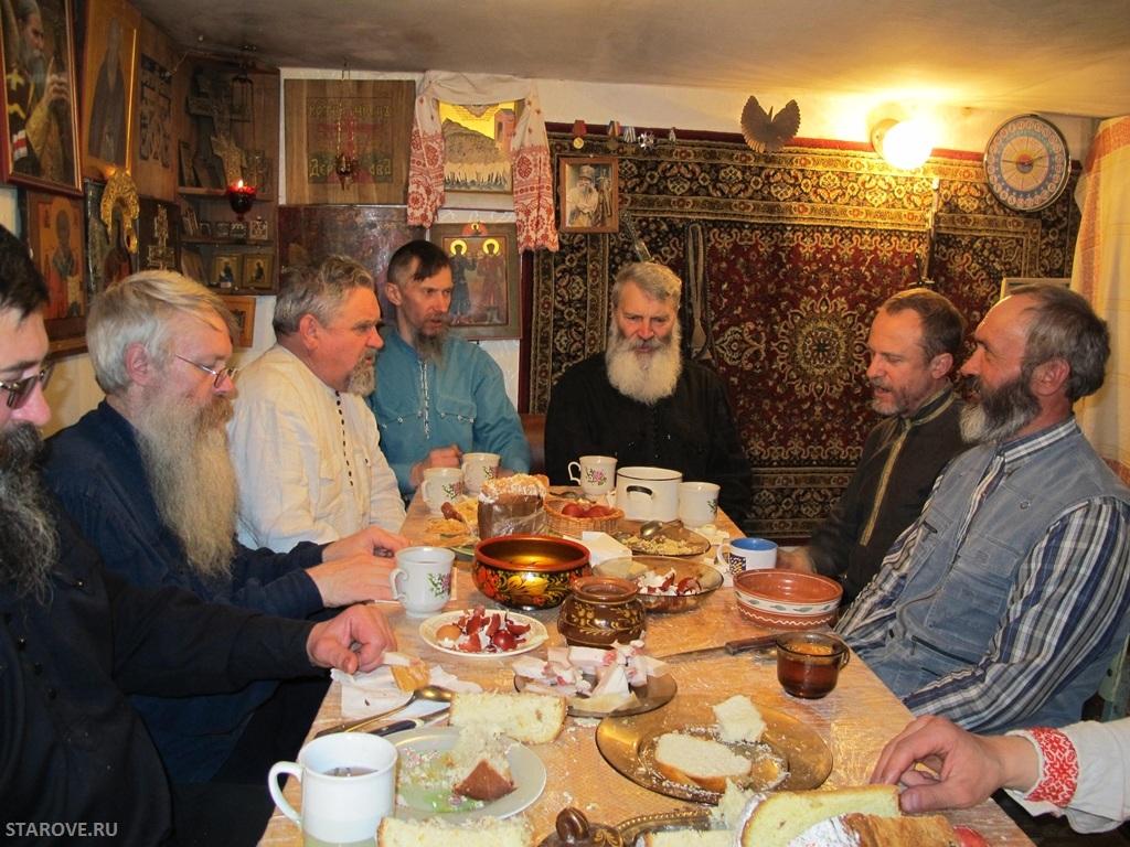 Казаки Рогожской станицы за столом с песнями и общей братиной