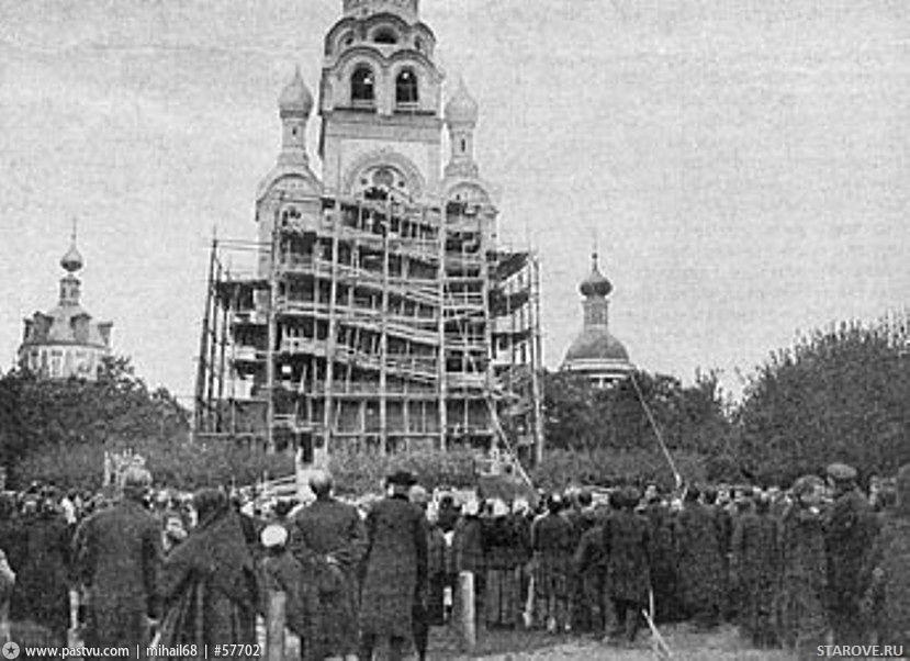 Поднятие колоколов при строительстве Рогожской колокольни Поднятие креста на колокольню Рогожского кладбища в Москве.