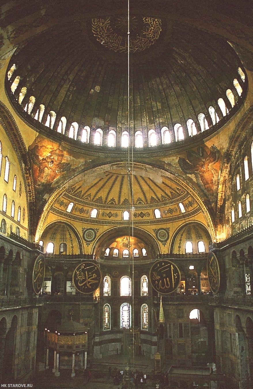 В Византии был создан совершенный храмовый интерьер, идеально подходящий для молитвы и богослужения. Основной тип храма, центрический, крестово-купольный, максимально соответствовал особенностям совершаемого в нем таинства Литургии Интерьер храма святой Софии в Констинтинополе