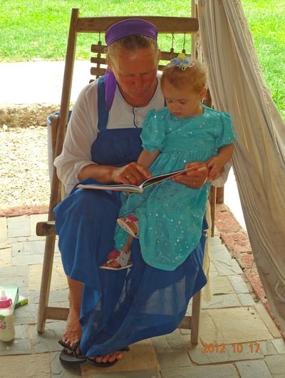 Девочка Мамелфа с интересом рассматривала книги, привезенные ей в подарок