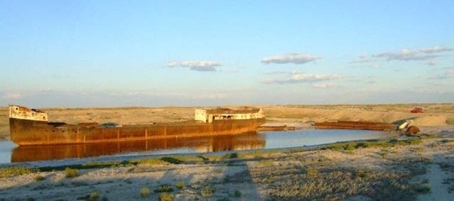 На сегодня высыхающее Аральское море ушло на 100 км от своей прежней береговой линии возле города Муйнак в Узбекистане.