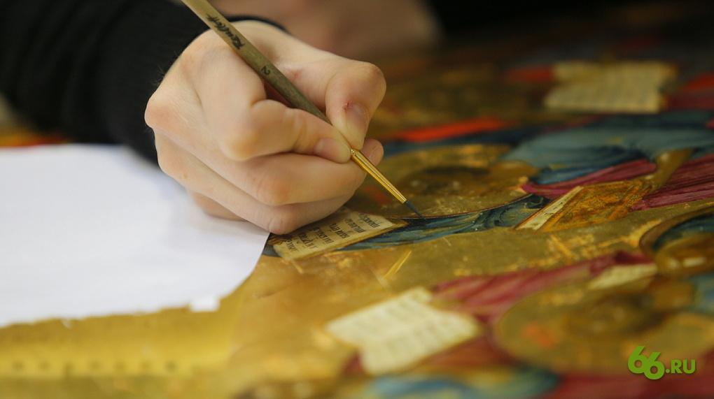О кропотливом труде иконописцев можно судить по обилию мелких деталей, которые обновляют реставраторы.