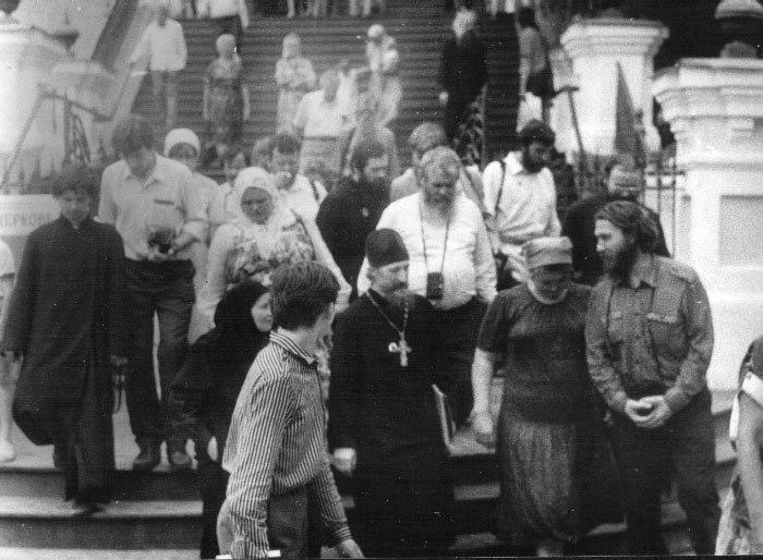 У Андреевской церкви На этой фотографии: о.Леонид Гусев,