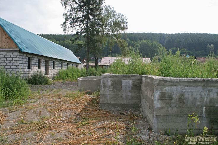 Вид на основание храма и хозкорпус