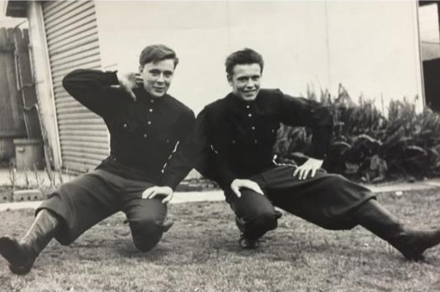 На фото (слева направо): Иван и Михаил Овчинников в молодости.