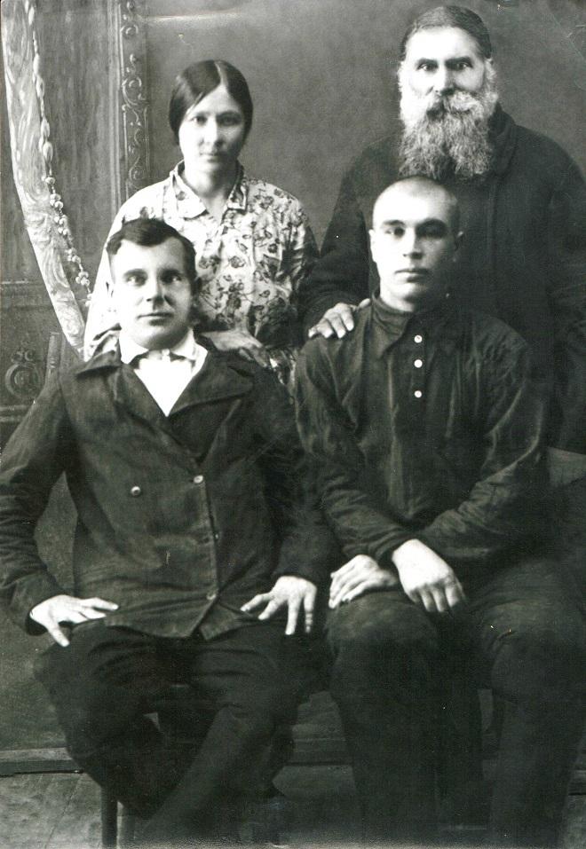 Семён Кузьмин с сыновьями Ефимом, Исой и невесткой Анной