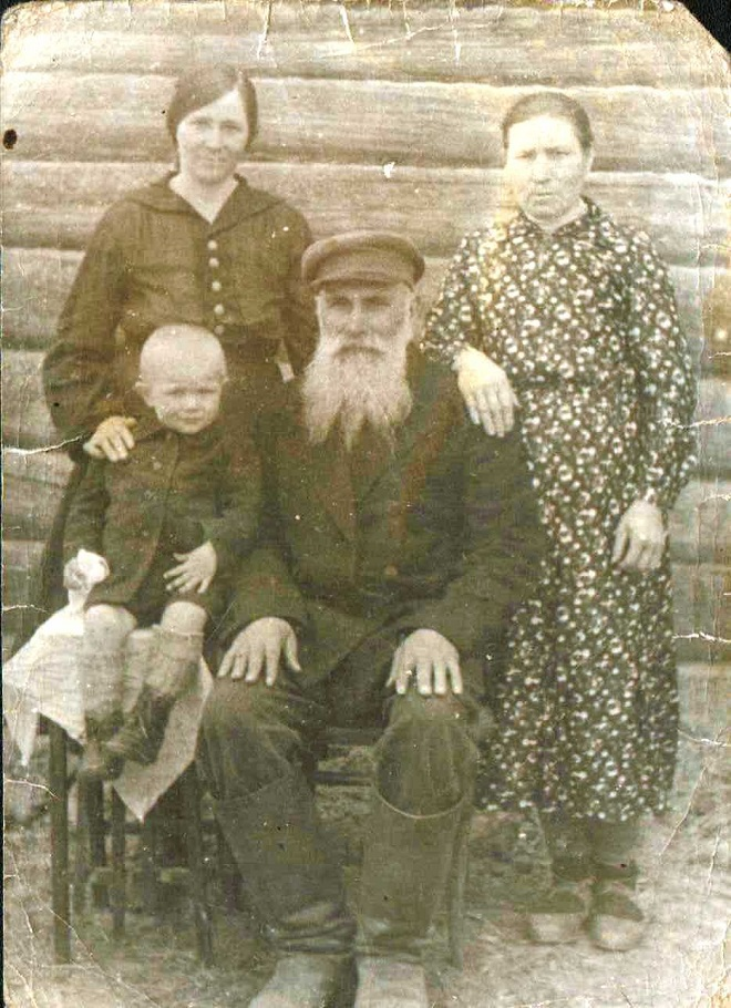 Семён Кириллович с внуком Володей, невесткой Анной и женой Евдокией.1940г