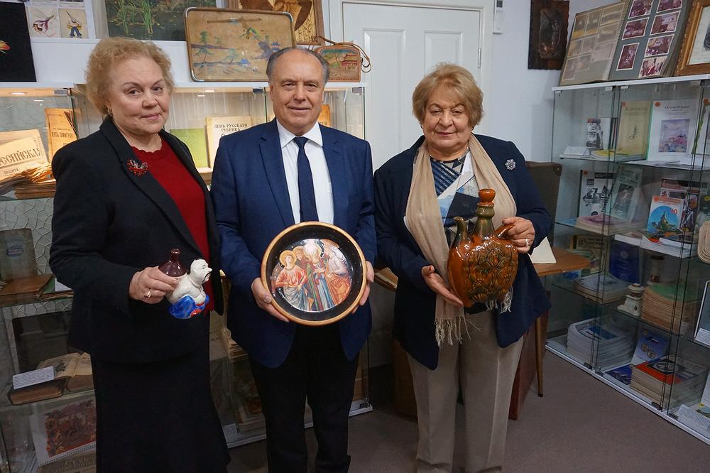 Некоторые гости пришли с подарками – новыми экспонатами для музея. Слева направо: Пана Кутукова, директор 1-го Русского Музея в Австралии Михаил Овчинников, Ольга Родионова.