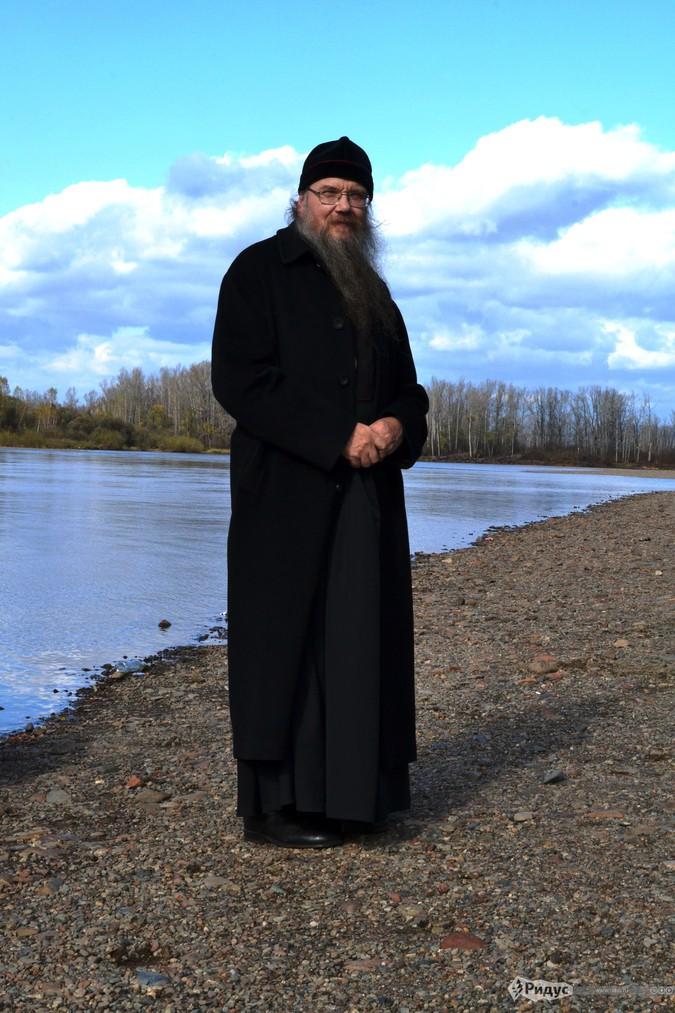 Владыка Григорий на берегу Амыла © Павел Глазунов/Ридус