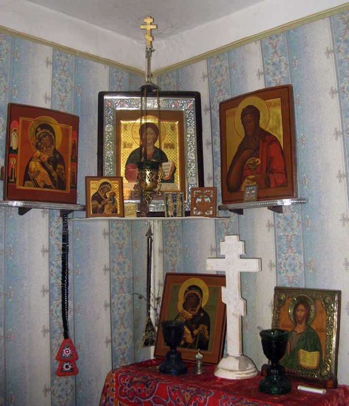Красный угол в доме у Вячеслава. Все иконы написаны им