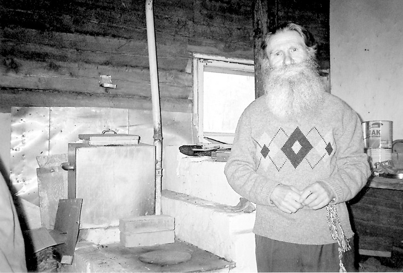 Борис Логинов рядом с одной из своих печей