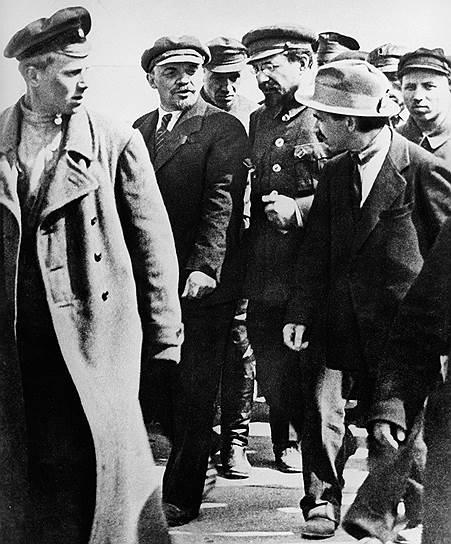 Ленин и Луначарский полагали, что начатую Временным правительством реформу правописания вполне возможно выдать за большевистский проект. Фото: РИА Новости