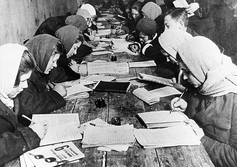 Рабочие и крестьяне, не знавшие грамоту до революции, учились уже по новым правилам Фото: Sovfoto / UIG via Getty Images