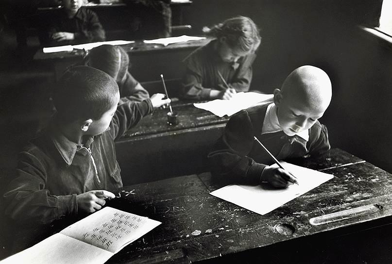 В результате большевистской кампании по ликвидации неграмотности новая орфография быстро вытеснила и дореформенную, и крестьянскую Фото: Corbis via Getty Images