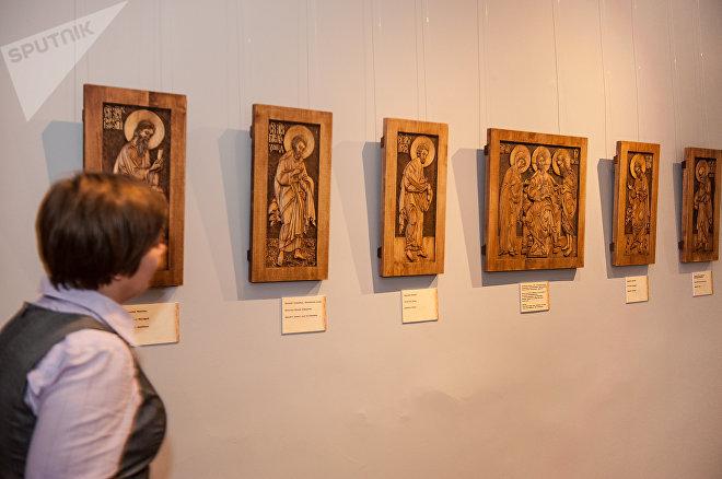 Фрагмент экспозиции: резные иконы