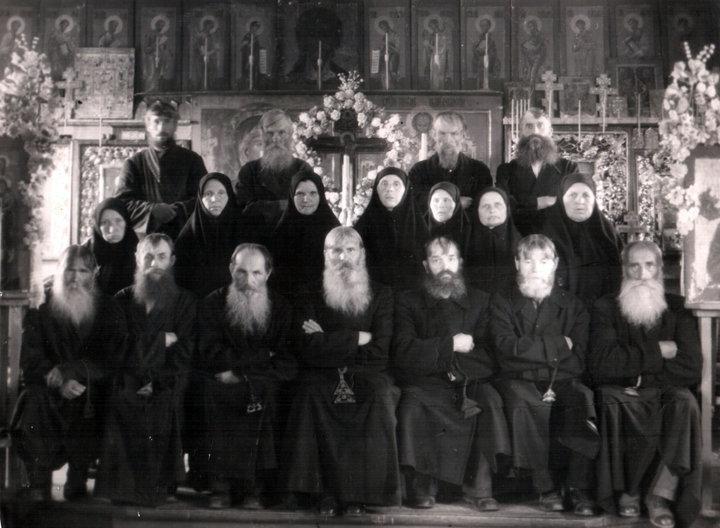 Хор Витебской старообрядческой общины, 1956 год. В центре в нижнем ряду — Василий Красиков. Фото: семейный архив Андрея Сухарева