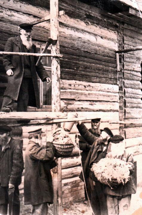 На строительстве церкви. Василий Красиков — вверху. Фото: семейный архив Андрея Сухарева