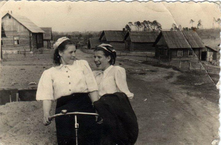 1948 год. Евдокия Красикова (справа) с сестрой Анной на улице 2-я Пригородная, недалеко от Юрьевой горки. Фото: семейный архив Андрея Сухарева