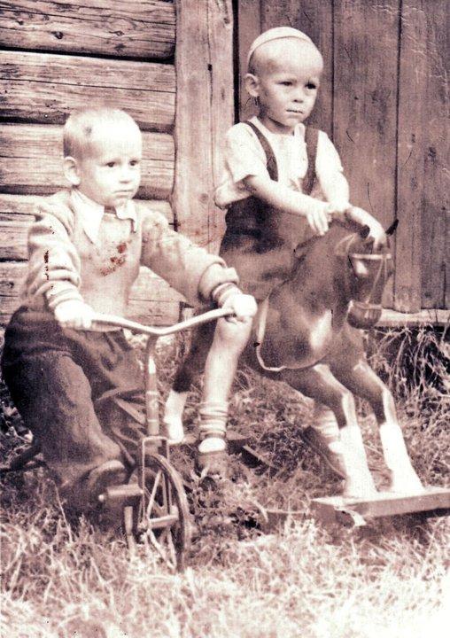 Андрей Сухарев (слева) с двоюродным братом Владимиром Кирилловым, 1956 год. Фото: семейный архив Андрея Сухарева