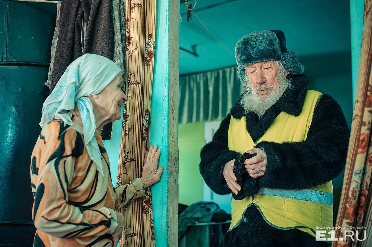 Жилет нужен только для внимания водителей на дороге — Василий Васильевич плохо слышит проезжающие автомобили