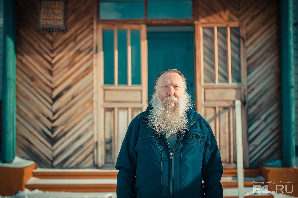 Отец Иоанн говорит, что с детства играл в дьякона, в церковные службы