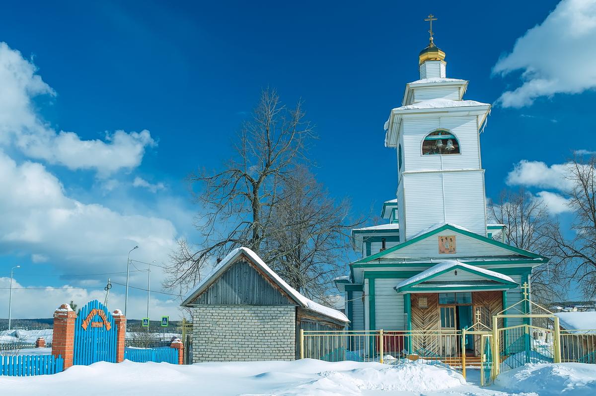 В одном конце деревни — старообрядческая церковь (на фото), в другом — храм РПЦ.