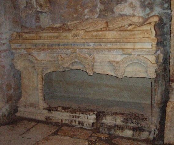 Саркофаг, в котором был похоронен св. Никола Чудотворец